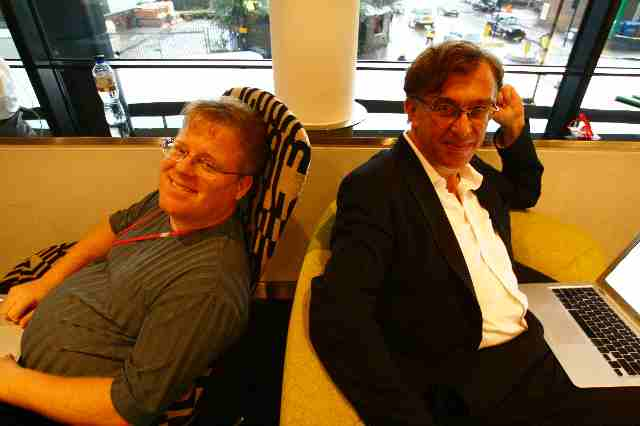 Robert Scoble and Tom Foremski in Guardian Lobby in London (3)
